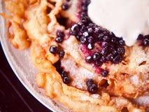 Knusperiger Pfannkuchen rollt mit Weißkäse und Blaubeeren Stockbilder