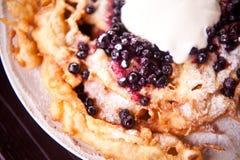 Knusperiger Pfannkuchen rollt mit Weißkäse und Blaubeeren Stockfoto
