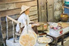 Knusperiger Reisteig des Verkäufergrills auf Holzkohlenofen Stockfotografie