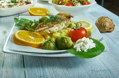 Knusperiger Rotbarsch mit Salsa verde Risotto lizenzfreies stockfoto
