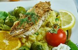 Knusperiger Rotbarsch mit Salsa verde Risotto lizenzfreie stockfotografie