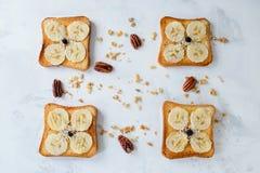 Knusperiger Toast mit Bananen, Draufsicht Stockbilder