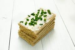 Knusperiges Brot mit H?ttenk?se und Petersilie auf einem wei?en Holztisch diet?tische Lebensmittel lizenzfreies stockfoto