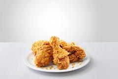 Knusperiges gebratenes Huhn Kentuckys in einem weißen Hintergrund lizenzfreies stockfoto