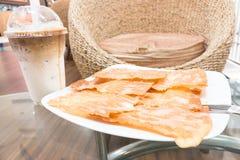 Knusperiges Roti mit versüßter Kondensmilch lizenzfreie stockbilder