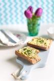 Knusperiges Stangenbrotsandwich mit Ei verbreitete auf hackendem Brett Stockfotografie