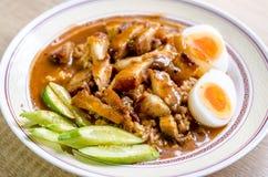 Knusperiges und rotes Schweinefleisch des Reises, thailändisches Lebensmittel der Nahaufnahme Lizenzfreies Stockbild