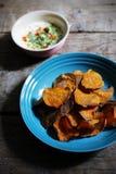 Knusprige Süßkartoffel bricht mit weißem Dip mit Gewürzen, gesunder Snack ab Stockfotografie
