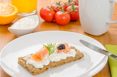 Knuspriges Brot mit Lachsen und Garnele auf einer Tabelle Stockbild