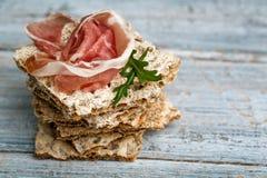 Knuspriges Brot mit Schinken stockbilder