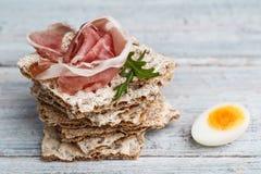 Knuspriges Brot mit Schinken-und Wachtel-Ei stockfoto
