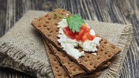 Knuspriges Brot mit weichem Hüttenkäse und rotem Pfeffer stock video