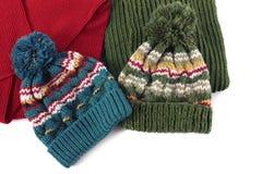 Knyck två skidar hattar, och scarves isolerade varma vinterkläder arkivbild