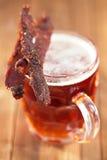 Knyckigt nötkött med öl - hemlagat torkat kurerat kryddat kött royaltyfria foton