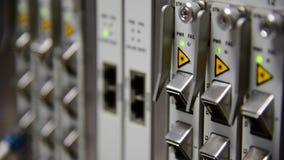 Knyta kontakt förbindelsekabel för lapp för kabel för telekommunikationfiberoptik och blinka av ledd status i datorhall arkivfilmer