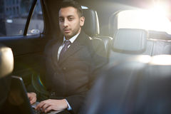 Knyta kontakt i bil royaltyfria bilder