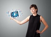 Knyter kontakt den hållande tableten för den unga kvinnan med samkväm symboler Royaltyfri Fotografi