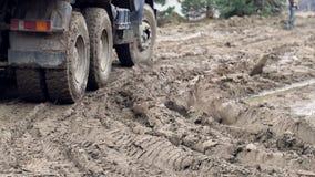 Koła ciężarówka która jedzie przez bagna Powikłani budowa warunki zbiory wideo