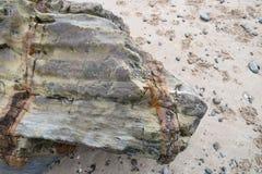 Kołysa od falezy spadać na piaskowatej plaży Tekstura kamień jest piękna w swój swój dobrze fotografia stock