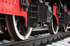 Koła lokomotywy na linii kolejowej zbliżenie Fotografia Royalty Free
