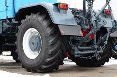 Koła tylny widok nowy ciągnik w śnieżnej pogodzie Agricultura Zdjęcie Royalty Free