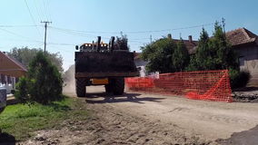 Koło ładowacza buldożer w Niebezpiecznej akci zbiory wideo