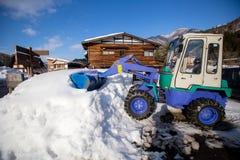 Koło ładowacza maszynowy rozładunkowy śnieg fotografia stock