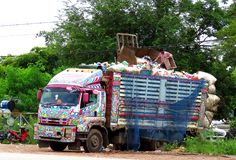 Koło ciężarówki odtransportowanie protestuje jeżeli nadwaga może być niebezpieczna obraz royalty free