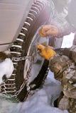 Koło SUV z łańcuchami Mężczyzna stawia łańcuch na kole samochód zdjęcia stock