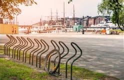 Koło w parking dla bicykli/lów na ląd w porcie Oslo, Norwegia na Pogodnym letnim dniu Horyzontalna rama Obrazy Stock