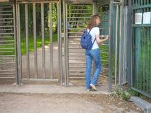 Kołowrót, ograniczony wejście Dama podróżuje przez kołowrotu intymny park obrazy stock