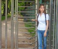 Kołowrót, ograniczony wejście Dama podróżuje przez kołowrotu intymny park obraz royalty free