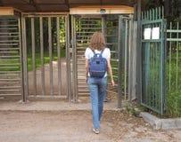 Kołowrót, ograniczony wejście Dama podróżuje przez kołowrotu intymny park zdjęcia stock