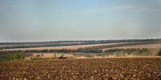 Kołowy ciągnik orze grunt orny Zdjęcie Royalty Free