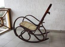 Kołysać krzesła, plenerowego Whitr ściana Zdjęcia Stock