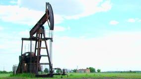Kołysać maszynę dla pola naftowego przy pracą zdjęcie wideo