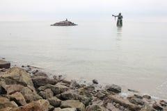 Kołysa morzem z kobieta giganta statuą Obrazy Royalty Free