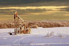 Kołysa olej dzień Czerwiec Kazakhstan miesiąc olej pompuje western Przemysł paliwowy equipment Styczeń 33c krajobrazu Rosji zima  Zdjęcia Royalty Free