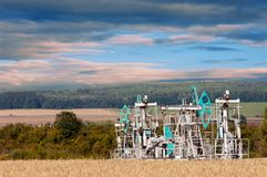 Kołysa olej dzień Czerwiec Kazakhstan miesiąc olej pompuje western Przemysł paliwowy equipment Styczeń 33c krajobrazu Rosji zima  Obraz Stock