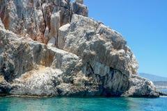 Kołysa w morzu przeciw górom i niebu zdjęcie royalty free