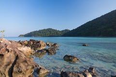 Kołysa z morzem i górą z jasnym niebem Zdjęcie Stock