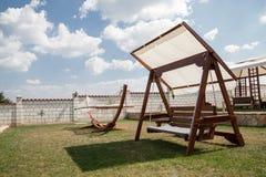 Kołysząca ławka i hamak w ogródzie Obraz Stock