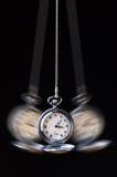 Kołysząca kieszeniowego zegarka hipnoza na czerni Obraz Royalty Free