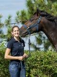 Koń całuje dziewczyny obraz stock