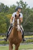 Koń i przejażdżka skupiający się na następnej przeszkodzie Zdjęcia Stock