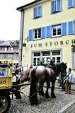 Koń rysujący i pedestrians Zdjęcia Stock