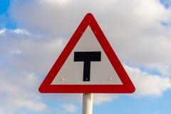 Końcówka drogowy znak uliczny z niebieskim niebem i chmurami w tle obraz stock