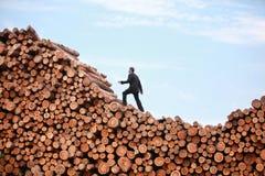 Końcówka recesja Biznesowy mężczyzna na jego sposobie wierzchołek Obraz Royalty Free