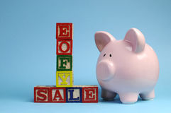 Końcówka rok finansowy sprzedaży wiadomość na elementach z prosiątko bankiem Zdjęcia Stock