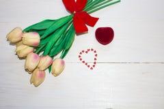 Końcówka wiadro up kwitnie tulipany zdjęcia royalty free